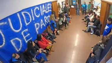 La asamblea de los empleados judiciales donde se decidió avanzar con un paro hasta que se pague a todos.