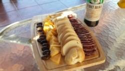 Los delincuentes se llevaron queso, salame y fernet (imagen ilustrativa)