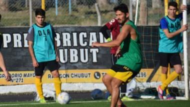 En imagen, los hermanos Damián y Lucas Salinas. Forman parte del plantel que jugará ante Gaiman FC.