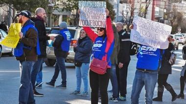 La manifestación que se dio en plena calle de Trelew por parte de los empleados del Poder Judicial.