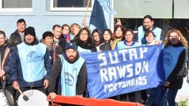 Bandera. Los trabajadores en conflicto se manifestaron en Jornada para denunciar irregularidades.