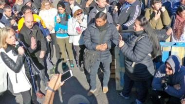 Celulares. La intendente Artero intenta dar explicaciones ante los municipales que la filman en Rawson.