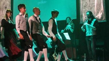 """El grupo de danzas galesas """"Gwanwyn"""", ensayará hoy en la Plaza."""