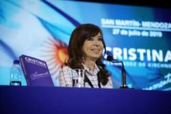 Ante una multitud, la expresidenta Cristina Fernández de Kirchner presenta en San Martín su libro Sinceramente.