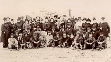 Miembros del primer contingente de emigrantes galeses, fotografiados en Rawson, el 28 de julio 1890.