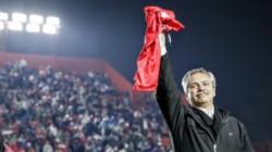 La dirigencia de Argentinos Juniors le regaló una camiseta al candidato, confeso hincha del Bicho, en la noche del sábado.