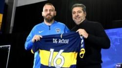 Daniele De Rossi llega junto a Burdisso a su presentación como nuevo jugador del Xeneize.