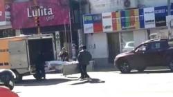 Los efectivos policiales, de inmediato, detuvieron el vehículo y bajaron a recoger la camilla.