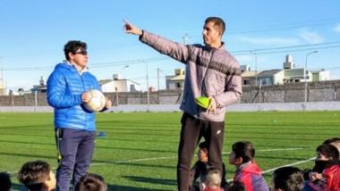Diego Jara junto a los chicos del Baby Fútbol. Compartió su experiencia en la Escuela de Entrenadores.