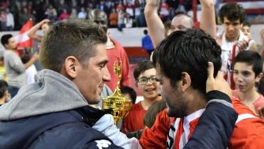 """Nicolás De los Santos le hizo entrega del trofeo de campeón a Matías Nahuelquin, que no pudo jugar la final. """"Fue una noche increíble"""", dijo Nico."""