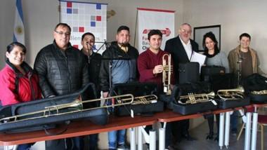 Ayuda. Julio Ramírez, vicepresidente de la Fundación, hizo entrega de instrumentos a la Orquesta del INTA.