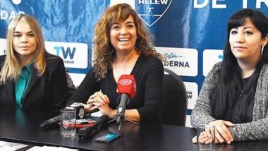 Sandra Riquelme de Defensoría del Pueblo presidió una charla.