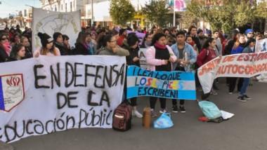 Reclamo. La manifestación en las calles de Trelew en la mañana por parte de estudiantes autoconvocados.