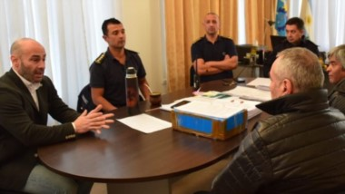 """Explicación. El ministro Massoni explica las exigencias al titular de la Liga junto a la cúpula policial. Según el Gobierno, Martín se mostró """"cerrado"""" ante los nuevos requisitos."""