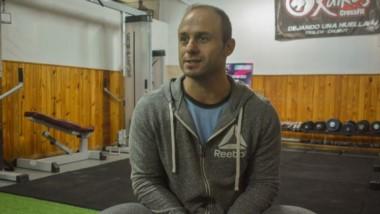 Marcelo Pulido en su gimnasio Kairos. A sus espaldas, el cheque representativo que le otorgaron por el tercer puesto en el Latinoamericano.