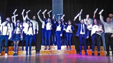 Diplomados. La Universidad del Chubut celebró su VI Colación de Grados con la entrega de títulos a 24 nuevos profesionales.