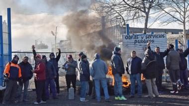 Fuego. Los municipales protestaron hasta que llegó la notificación de Trabajo para la conciliación.