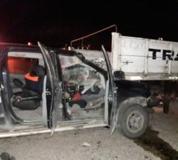 Fuerte impacto. La camioneta se incrustó contra la parte posterior del camión (foto @jorgeylaradio)