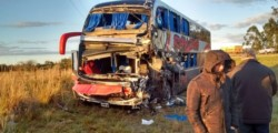 Siniestro por ruta 12 en Corrientes entre un camión y un colectivo.