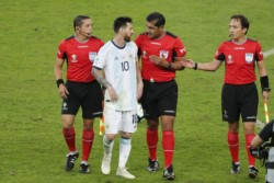 Messi le reclamó al árbitro Zambrano adentro de la cancha y afuera.