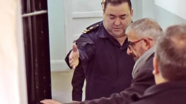 Revisación. Abrigado, el juez César Zaratiegui inspecciona las cuestionadas celdas de la villa balnearia.