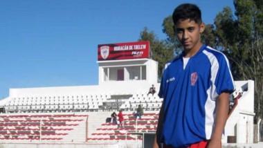 """Samir Farizo en el estadio """"José Morat"""". El joven recorre 500 km cada fin de semana para jugar en Huracán."""