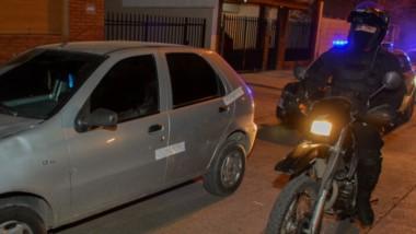 Lo vieron efectivos de la División Motos, quienes lo demoraron y secuestraron su auto para una requisa.