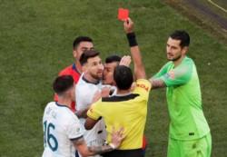 ¿A Messi lo expulsaron por recibir pechazos de Medel o por las declaraciones en contra del VAR y la Conmebol?