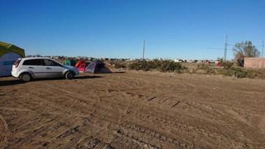 Queja. Parte de las carpas de acampe que se instalaron en el lugar pese al frío para visibilizar la protesta de quienes son dueños de las tierras.