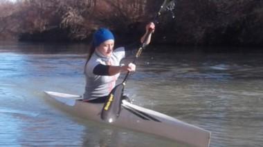 Con frío o calor, Candela Velázquez se entrena todos los días en el Río Chubut. La joven palista de Huracán sueña con poder representar a la provincia en el Mundial de Eslovenia.