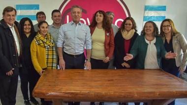 Equipo. Junto a la intendente Loyola y Máximo Pérez Catán, el gobernador hizo una recorrida de campaña.