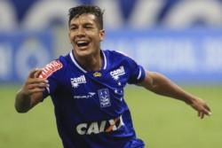 Lucas Romero con la camiseta de Cruzeiro. El mediocampista se convertirá en el quinto refuerzo de Independiente.
