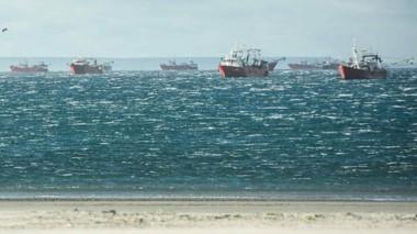Los buques que están fondeados y que, en su mayoría, están abocados a la zafra del langostino.