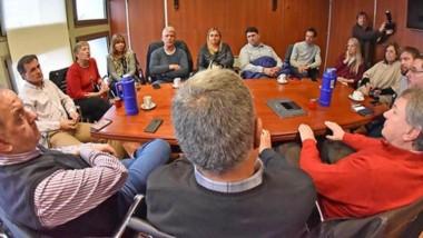 Cumbre. Mac Karthy y Linares estuvieron en la Legislatura para analizar la situación junto a los diputados.