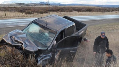 La camioneta salió del pavimento y chocó una alcantarilla. Fue ayer en la ruta Nº 259. Hubo lesiones leves.