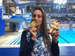 El beso más esperado. Virginia Bardach y su medalla de oro en Lima 2019 tras ganar la final de los 200m. Mariposa.