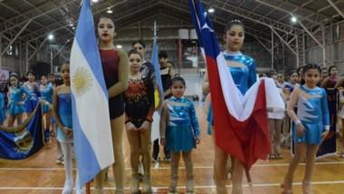 Acto inaugural del Open Patagónico con escuelas locales y más de un centenar de patinadoras de la región.