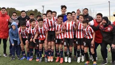 El plantel completo de Racing Club, junto al cuerpo técnico y los auxiliares, posa tras la victoria de ayer ante J.J. Moreno en El Tehuelche.
