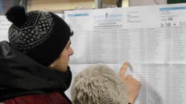 Búsqueda. Varios electores que no averiguaron con tiempo se buscaron en los padrones de las escuelas.
