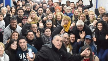 Festejo capital. Biss y su grupo de trabajo celebran su primer puesto luego de una larga jornada electoral en Rawson y con muchos postulantes.