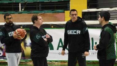 El cuerpo técnico, con el entrenador Martín Villagrán a la cabeza, en pleno diálogo ayer en el Socios.
