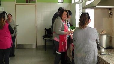 En acción. Padres y personal de la Escuela Especial 522 cocinan para los chicos con capacidades diferentes.