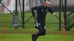 Javier Pinola sigue entrenando de manera diferenciada y no llegaría al partido frente a Racing.