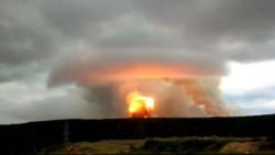 Una gigantesca onda expansiva se desprende de la explosión en un depósito de obuses en una unidad militar.
