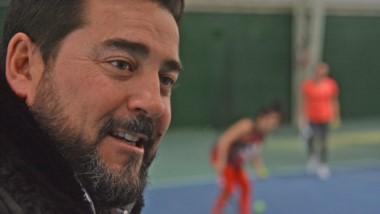 """El presidente del Trelew Tennis Club, Rodrigo Lassaga, en las gradas. El club se prepara para el """"Bandidos""""."""