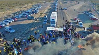 La vista de la protesta desde arriba. El reclamo se dio con el corte de la Ruta Nacional 3 al a altura del ingreso a Madryn generando importantes colas en el tránsito.