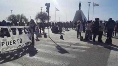 En el Monumento. Los estatales siguen reclamando en las calles por una respuesta del Gobierno provincial.