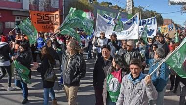 Reclamo y pedido de respuestas. La protesta se plasmó ayer también a través de una movilización de los sindicatos por las calles de la ciudad.
