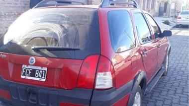 El Fiat Adventure sería el vehículo en el que llegaron los ladrones.