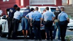Las autoridades locales dicen que todo empezó cuando los policías fueron por orden a una casa por narcóticos.